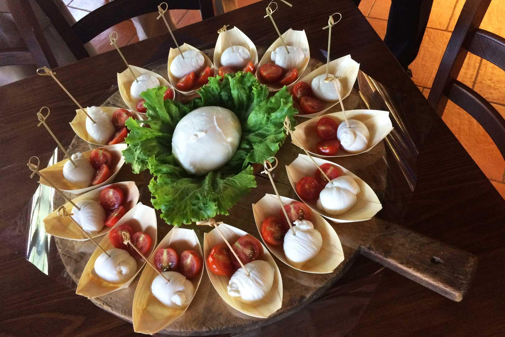cascina-guzzafame-mozzarella-appena-filata-e-pomodorini