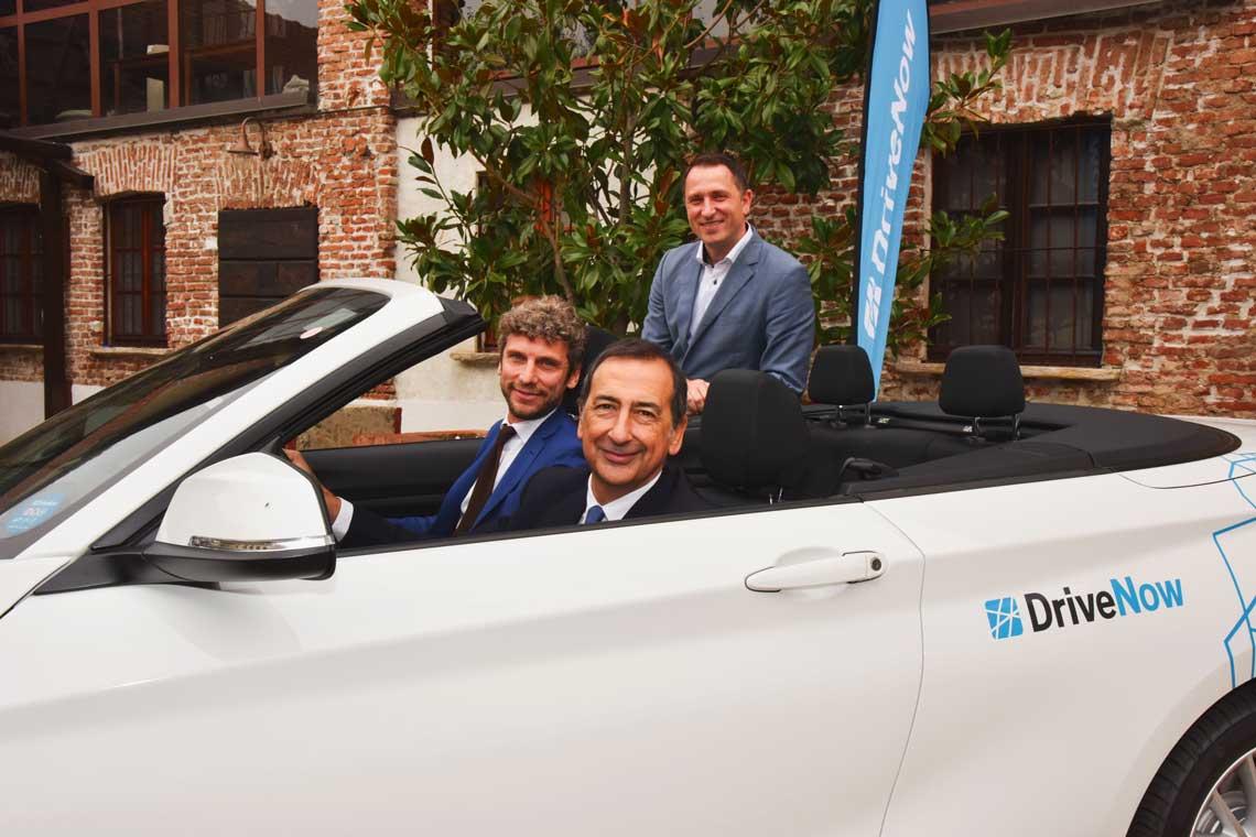 Alla guida il sindaco di Milano Giuseppe Sala, al suo fianco Andrea Leverano, Managing Director DriveNow Italia e alle loro spalle Nico Gabriel, CEO di DriveNow.