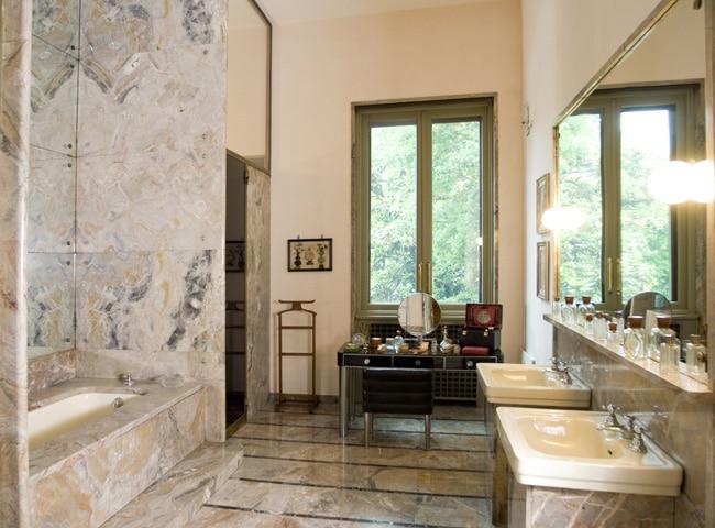 Il Bagno di Gigina Necchi Campiglio rivestito in marmo arabescato orobico