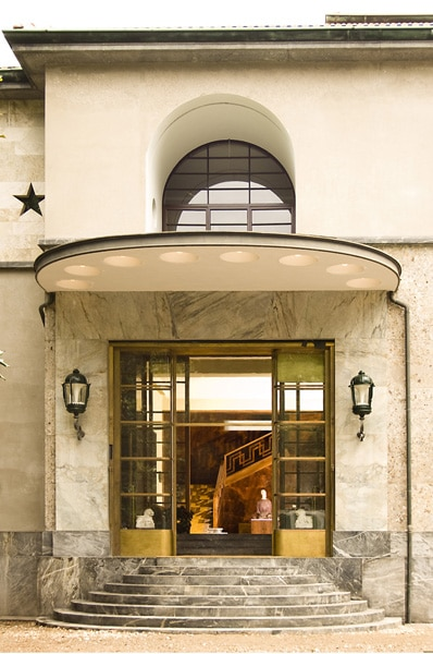 L'Ingresso della Villa con l'ampia vetrata profilata in ottone