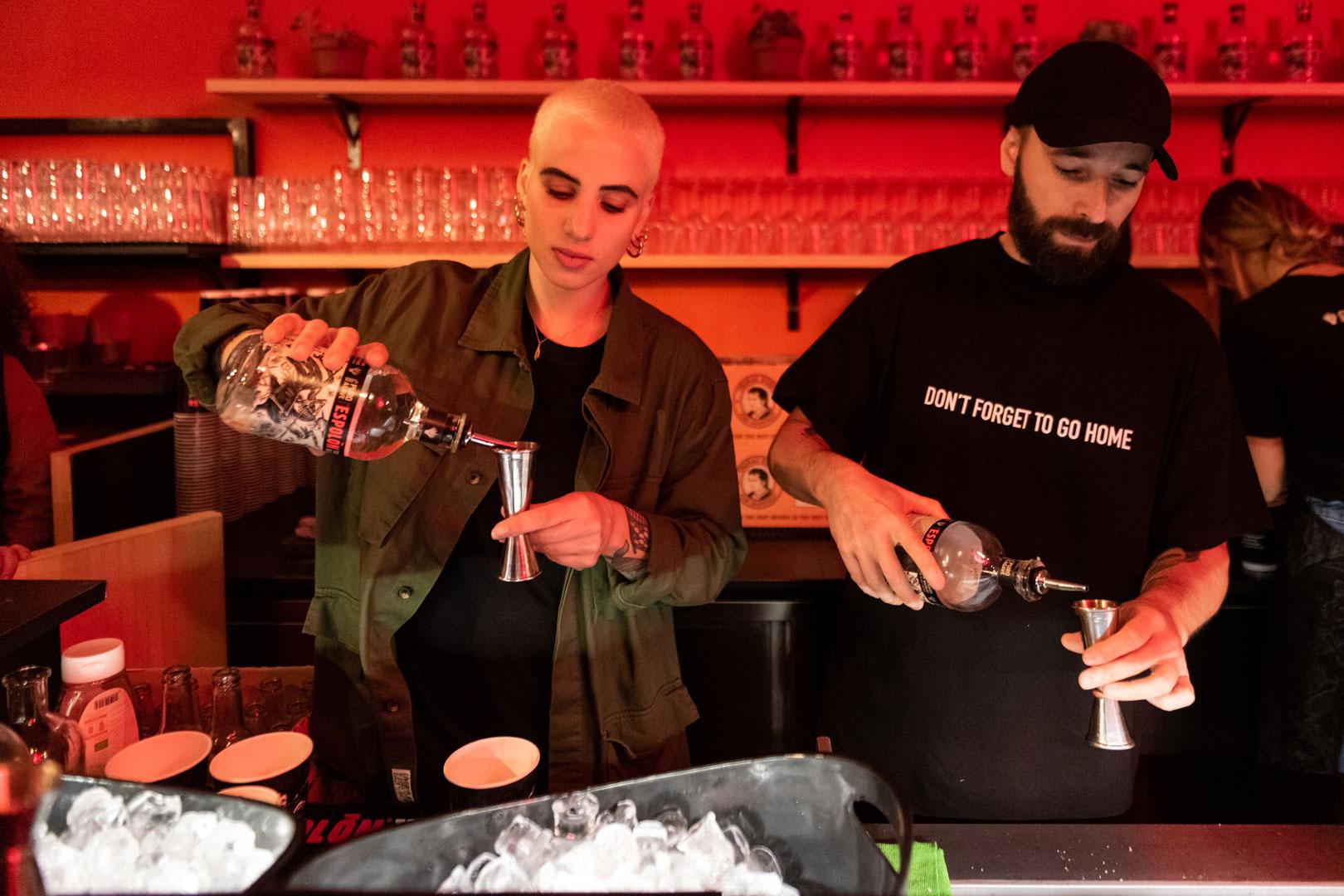 Il duo Coma_Cose si cimenta nella preparazione dei cocktail a base di tequila Espolòn